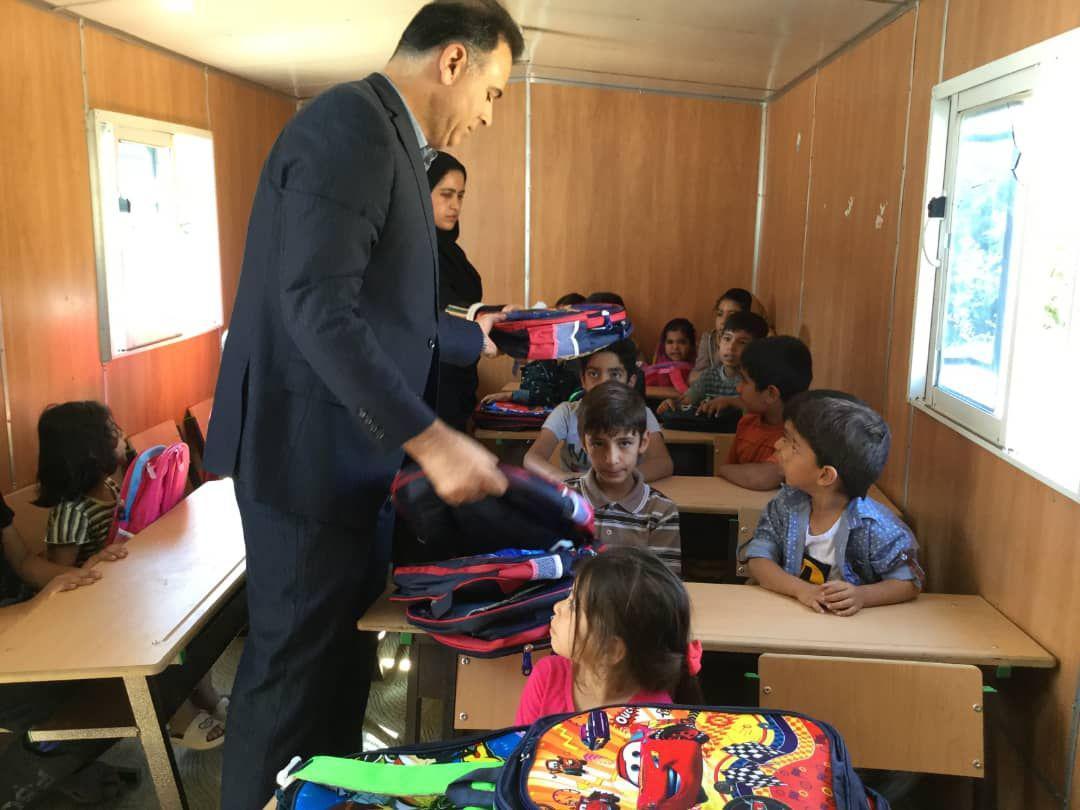 اهدای لوازم التحریر به دانش آموزان مناطق سیل زده لرستان