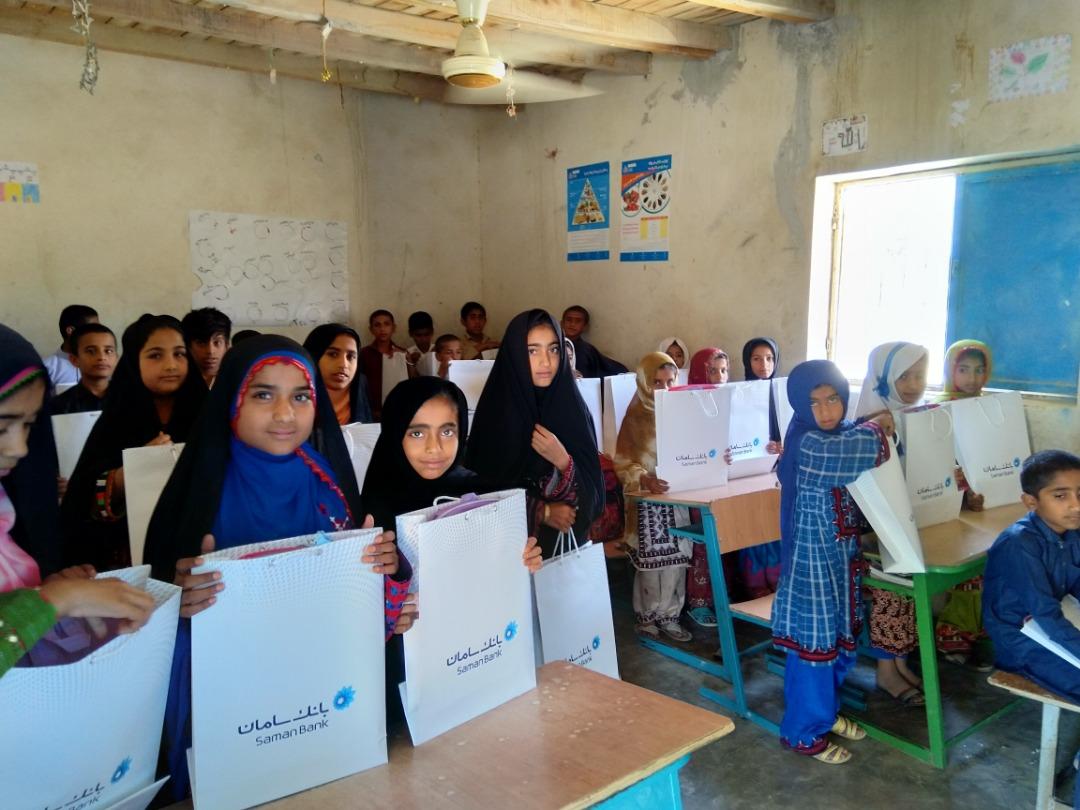 توزیع هدایای گروه مالی سامان میان دانشآموزان مناطق محروم چابهار